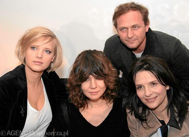 06.02.2012 WARSZAWA , JOANNA KULIG (1L) , MALGORZATA SZUMOWSKA (C) , ANDRZEJ CHYRA (1P) , JULIETTE BINOCHE (2P) PODCZAS KONFERENCJI Z UDZIALEM TWORCOW FILMU SPONSORING W HOTELU SOFITEL NOVOTEL .  FOT. STEFAN ROMANIK / AGENCJA GAZETA
