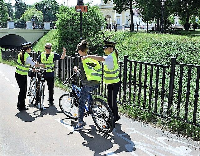 Straż Miejska rozdaje kamizelki odblaskowe rowerzystom