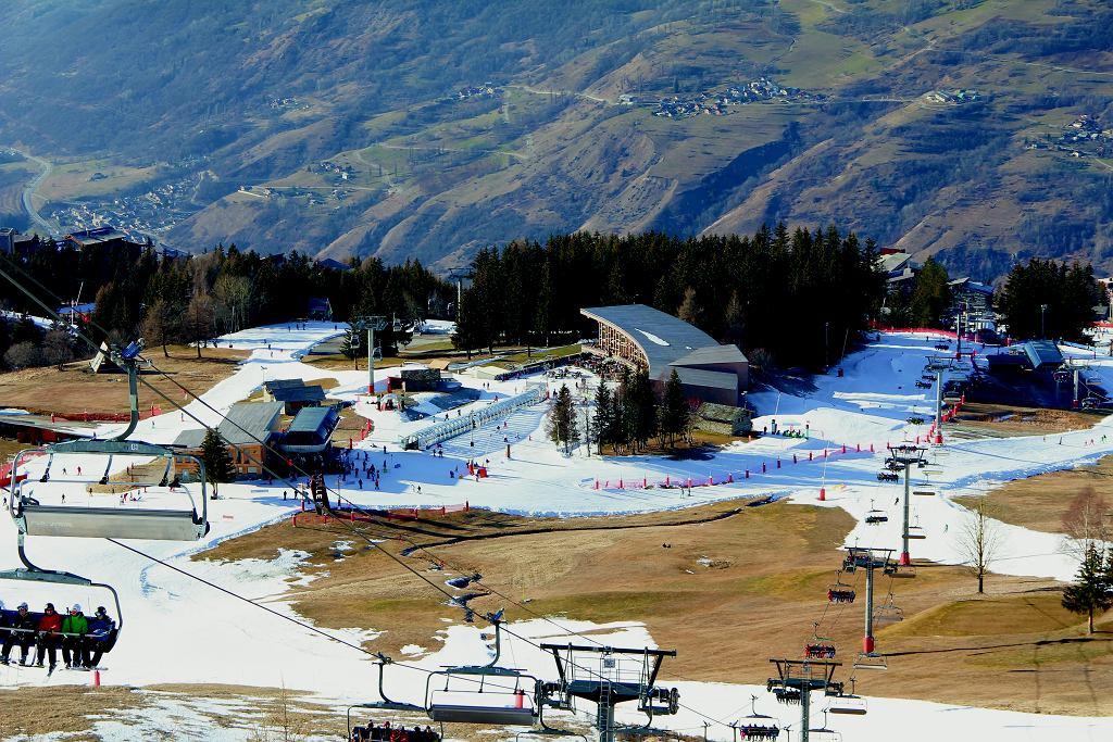 Bezśnieżne zimy dają się we znaki ośrodkom narciarskim na całym świecie. Coraz częściej jazda na początku i pod koniec sezonu odbywa się wyłącznie na sztucznym śniegu.