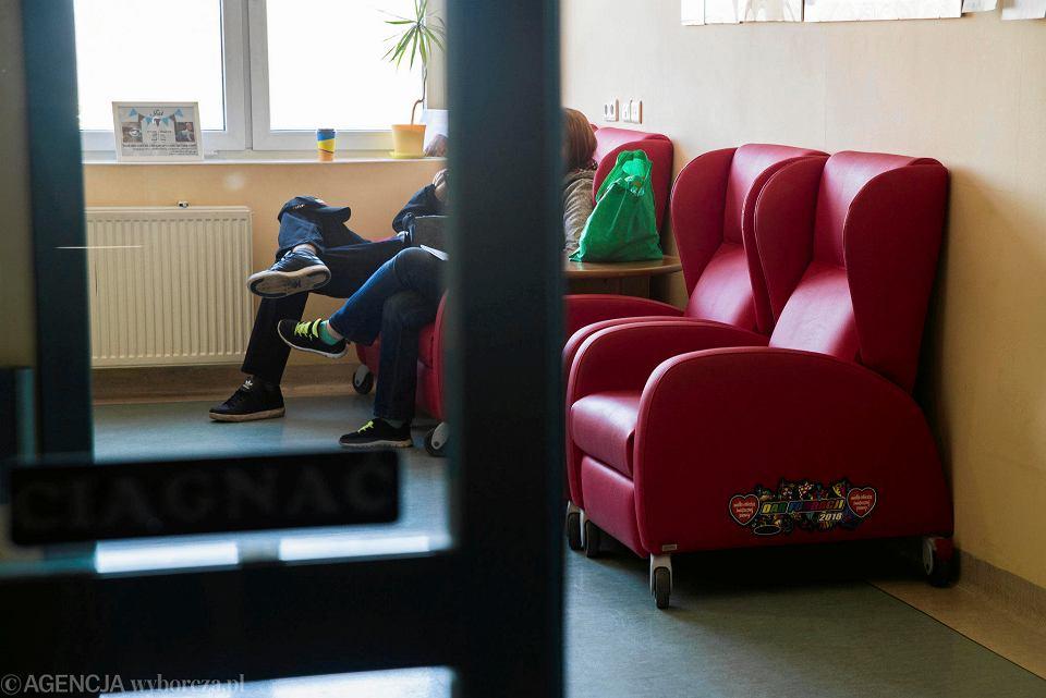 Rodzice chorych dzieci uważają, że fotele WOŚP powinny stać w salach, a nie na korytarzu
