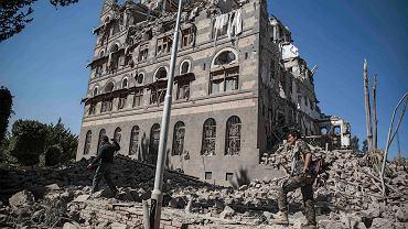 Rebelianci Huti oglądają gruzy Republikańskiego Pałacu, zniszczonego w saudyjskich  nalotach, Sanaa, 6 grudnia 2017 r.
