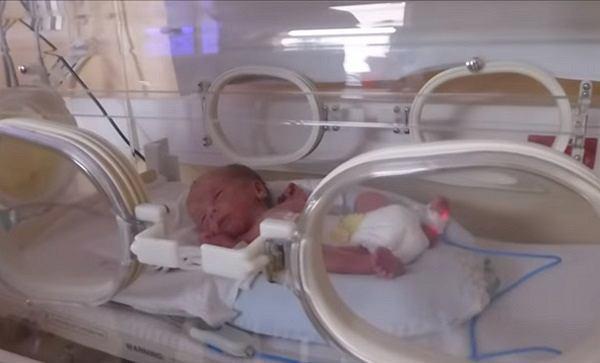 Jedno z bliźniąt urodzonych 30 stycznia.