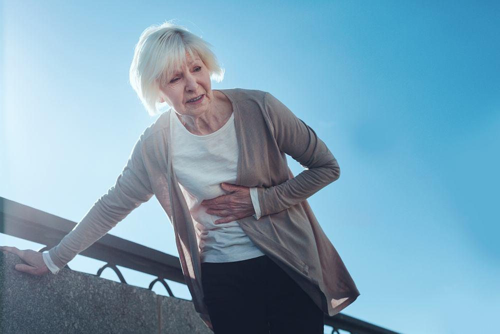 Ból w klatce piersiowej przy schylaniu. Co może oznaczać i jak go złagodzić? Zdjęcie ilustracyjne