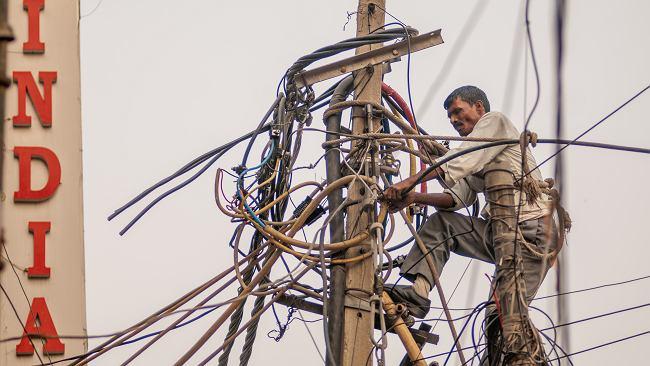"""W Indiach brakuje prądu. Blackouty trwają po 14 godzin. """"To może przyspieszyć odejście od węgla"""""""