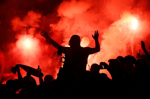 Galatasaray fans light flares during their Champions League soccer match against Arsenal at the Emirates Stadium in London October 1, 2014. REUTERS/Stefan Wermuth (BRITAIN - Tags: SPORT SOCCER) SLOWA KLUCZOWE: :rel:d:bm:GF2EAA11IS601