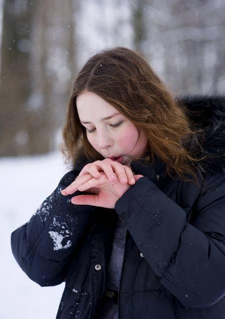 Szybko marznące i siniejące dłonie mogą oznaczać uszkodzenie mikorkrążenia