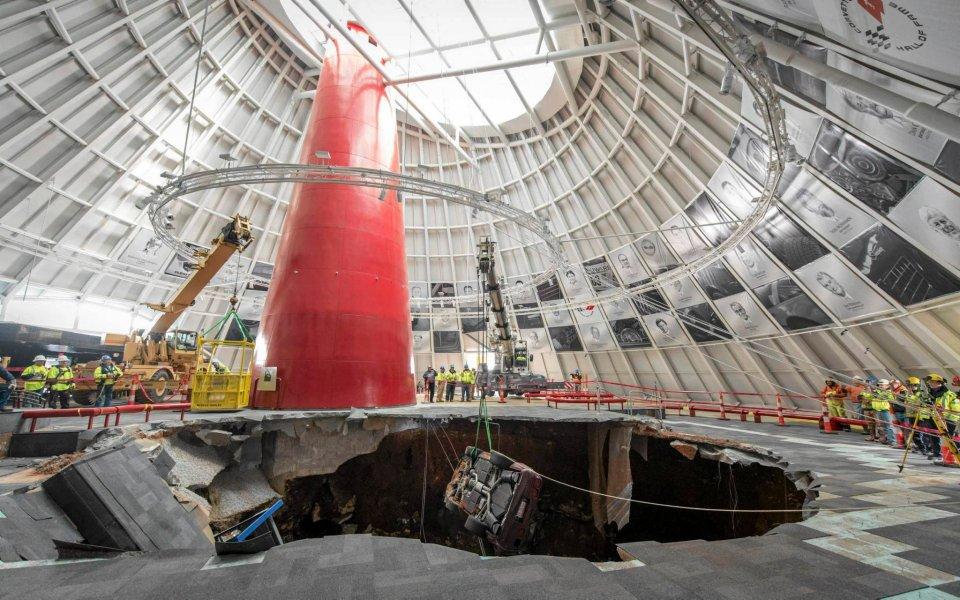 12. lutego osiem unikalnych egzemplarzy aut zostało poważnie uszkodzonych w wyniku zapadnięcia się gruntu w budynku Narodowego Muzeum Corvetty w Kentucky.  N/z.: (03.03.2014) Akcja wydobycia