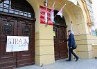 Egzamin gimnazjalny w Bydgoszczy. Mimo strajku, trwa. Ale w komisji ludzie w dresach