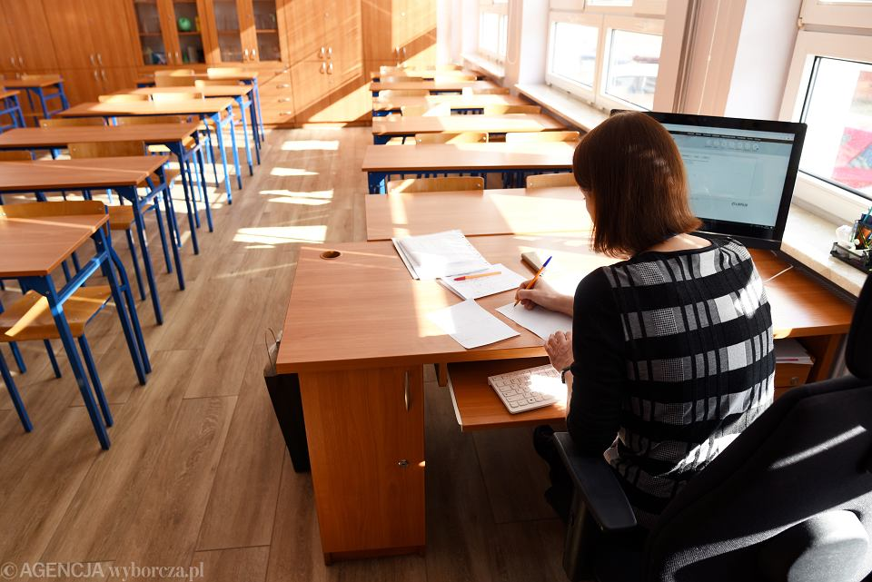 Nauczycielka w szkole podczas zdalnego nauczania. Olsztyn, 16 marca 2020