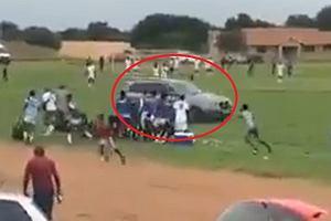 Kibic szalał autem na murawie. Próbował rozjechać sędziego i piłkarzy! Tak wściekł się na decyzję [WIDEO]
