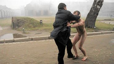 Protest przy Muzeum Auschwitz - zatrzymanie jednego z członków grupy