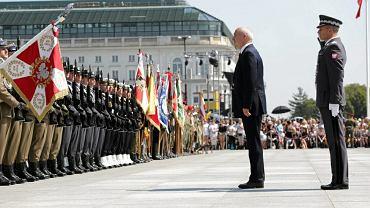 Minister Obrony Narodowej Antoni Macierewicz podczas uroczystej zmiany posterunku honorowego przed Grobem Nieznanego Żołnierza i złożeniem wieńców w 73. rocznicę Powstania Warszawskiego