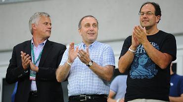 Grzegorz Schetyna (w środku) podczas meczu Śląsk - Club Brugge w 2013 roku. Z lewej Krzysztof Paluszek, z prawej Marian Kmita, dyrektor sportu w telewizji Polsat