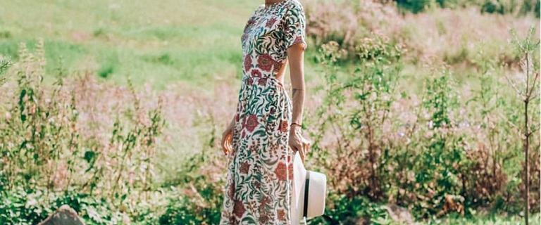 Ubrania na wiosnę polskiej marki Naoko z dużym rabatem - sukienka w kwiaty w stylu boho jest idealna na co dzień i na okazję