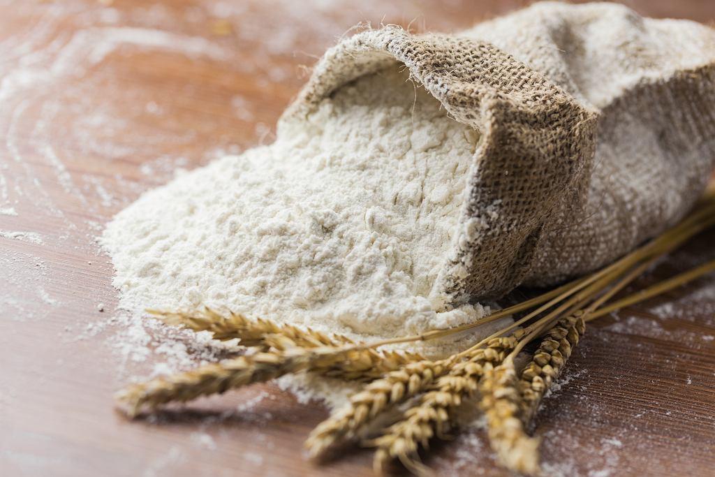 Jak przechowywać mąkę? Tradycyjnie używano do tego celu materiałowych worków. Zdjęcie ilustracyjne, Billion Photos/shutterstock.com