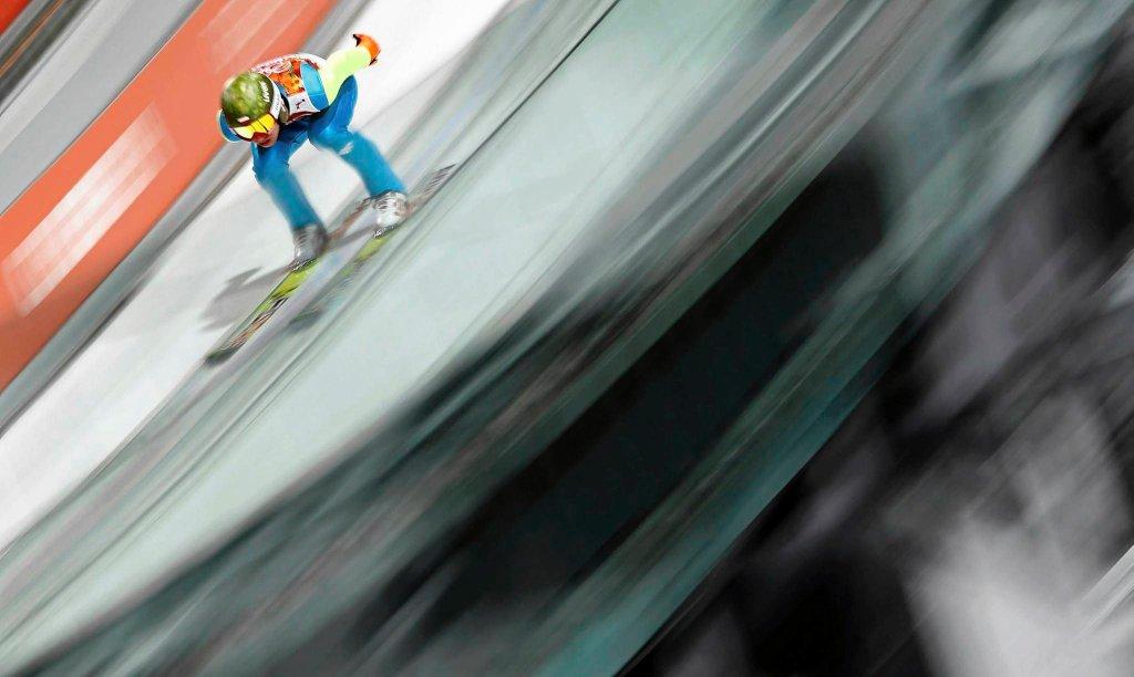 Kamil Stoch sunie po rozbiegu, by chwilę później polecieć po olimpijskie złoto.
