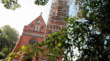 Prace konserwatorskie na elewacji neogotyckiego kościoła św. Szczepana