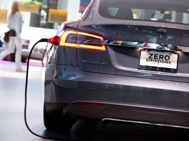 Ładowanie do pełna baterii trwa od 4 do 9 godzin w specjalnych stacjach dokujących dla samochodów elektrycznych. W Warszawie jest ich ok. 18.