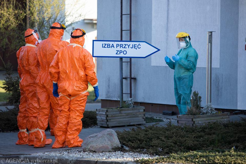 Pandemia koronawirusa. Ewakuacja zarażonych pensjonariuszy DPS-u. Kalisz, 20 kwietnia 2020