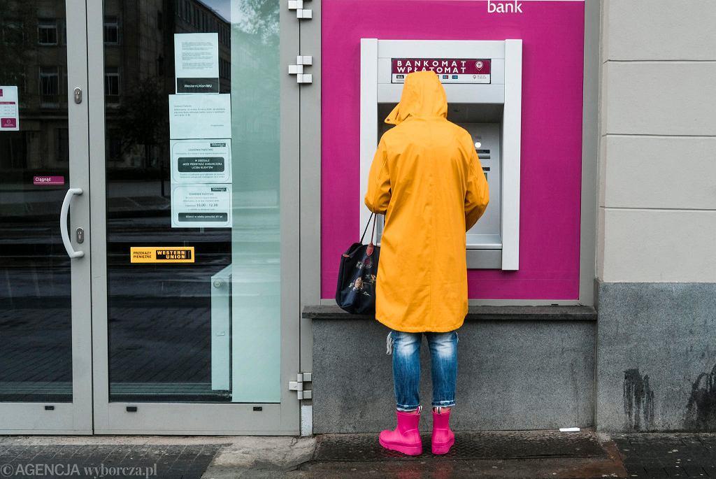 1 maja. 'Dziewczyna w pelerynie' przy bankomacie na ul. 27 Grudnia.