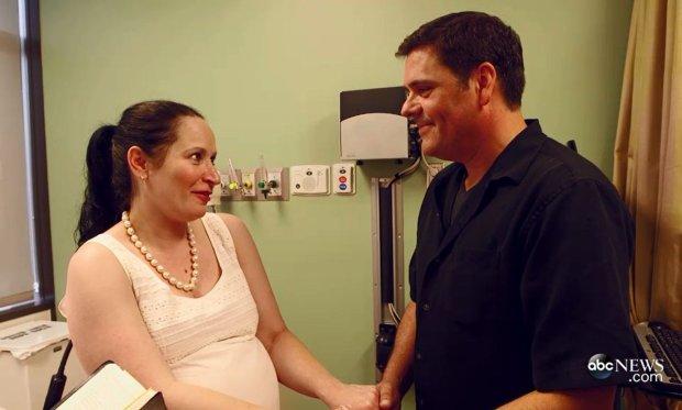 Ślub na porodówce! Para chciała się pobrać przed narodzinami córki, więc personel szpitala szybko zorganizował uroczystość