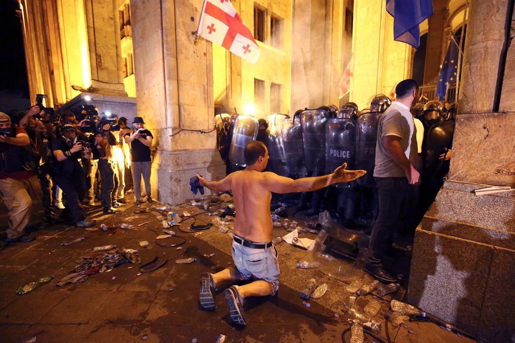 Gruzja. Dziesiątki rannych po starciach z policją