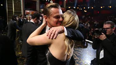 """Jedną z pierwszych osób, która pogratulowała Leonardo DiCaprio Oscara, była Kate Winslet. Aktorzy grali razem w """"Titanicu"""" i """"Drodze do szczęścia"""""""