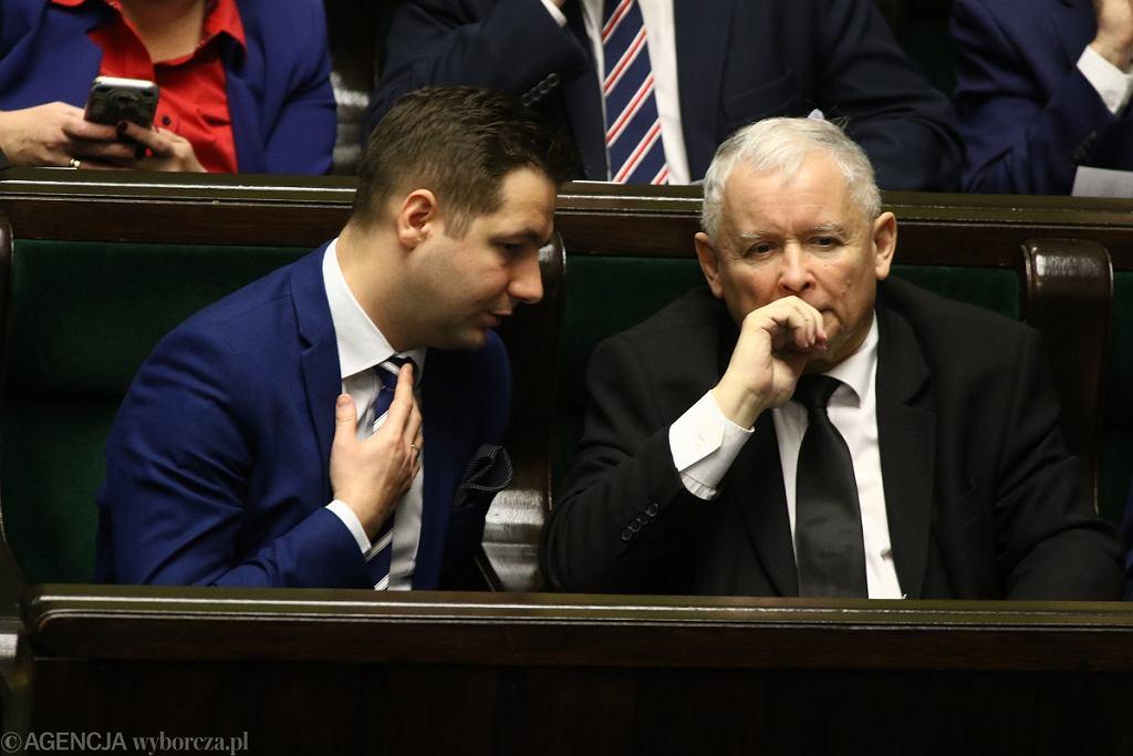 Patryk Jaki i Jarosław Kaczyński w Sejmie