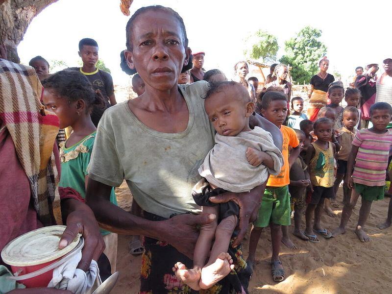 Susza na południu Madagaskaru powoduje, że mieszkańcy stoją przed widmem głodu. Na zdjęciu: matka czeka na pomoc dla swojego dziecka, region Ambovombe.
