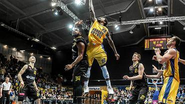 W ostatniej kolejce pierwszej części sezonu Tauron Basket Ligi Asseco Gdynia po dramatycznej końcówce pokonało Trefla Sopot w koszykarskich derbach Trójmiasta. Wygraną gdynianom zapewnił świetną grą w decydujących sekundach spotkania amerykański rozgrywający Asseco A.J. Walton