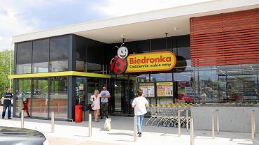 Klapki Kubota trafią na półki sklepowe w Biedronce. Ile będą kosztować?