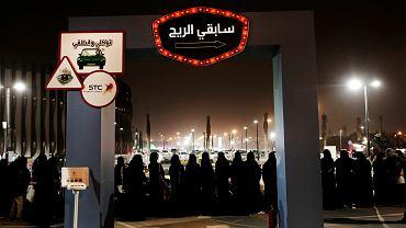 Kobiety w kolejce do nauki jazdy. Lekcje odbywają się na parkingu przed centrum handlowym Riyadh Park Mall . Riad, Arabia Saudyjska, 22 czerwca 2018