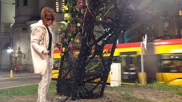 Wieczorem warszawiacy przychodzili wpiąć kwiaty w tęczę spaloną w Święto Niepodległości przez narodowców