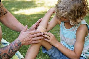 Dziecko się krztusi, topi, albo mdleje, a rodzice nie wiedzą, co robić. Szybki wakacyjny kurs pierwszej pomocy