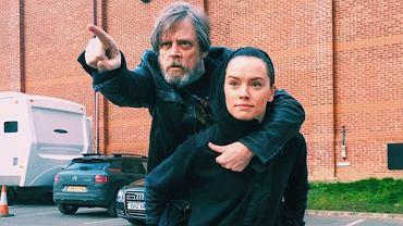"""Mark Hamill i Daisy Ridley na planie """"Star Wars: Episode VIII"""""""