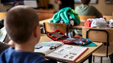 'Sensowne jest zachowanie odległości między dziećmi w klasach. Przerwy są zwykle krótkie, więc bliski kontakt z innymi dziećmi też nie jest tak długi, jak przy siedzeniu 45 minut w jednej ławce. Dobrze byłoby, aby różne klasy w szkole miały między sobą ograniczone kontakty'