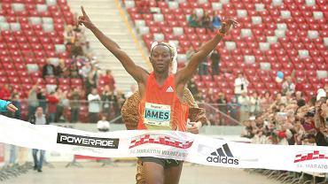 Zwycięzca James Mutua na mecie Maratonu