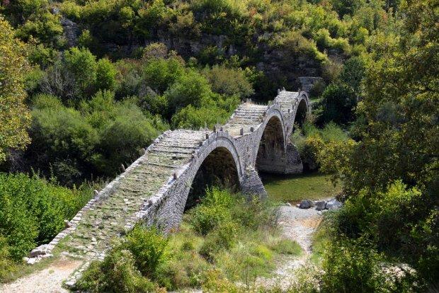 Kamienny most w kanionie Vikos