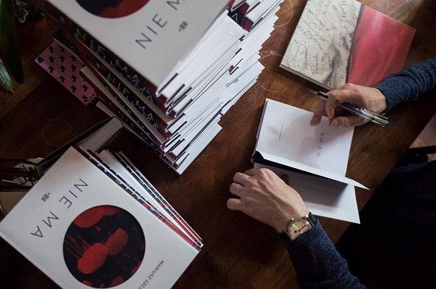 Mariusz Szczygieł podpisuje książkę 'Nie ma',