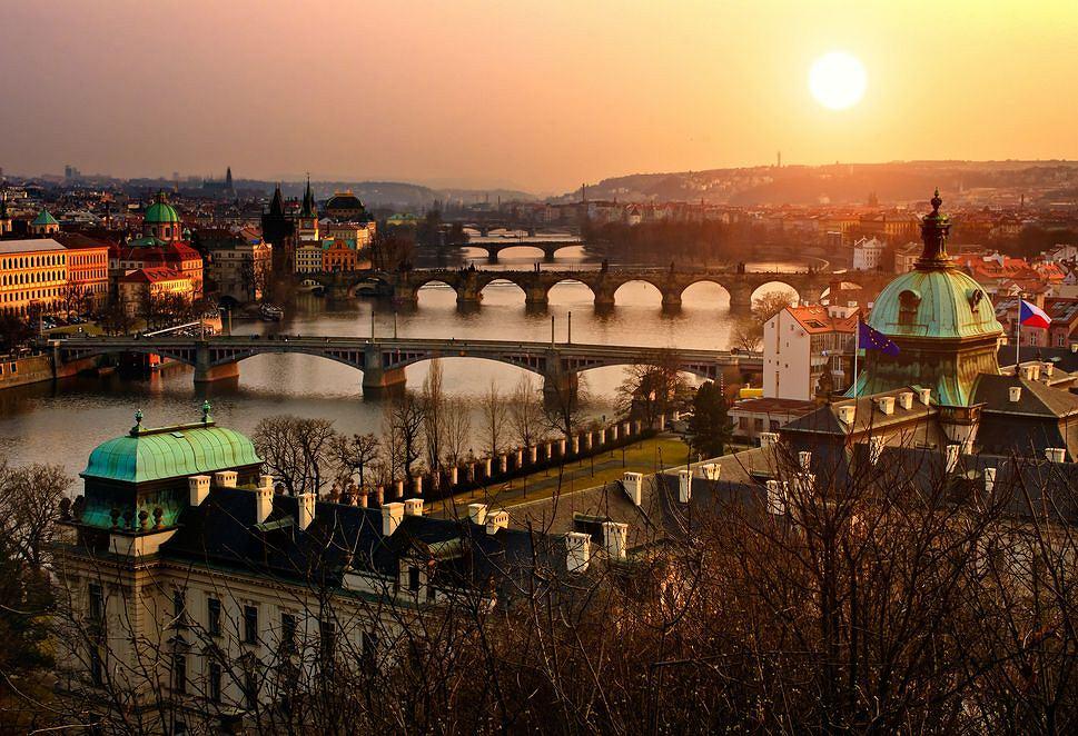 Czechy: Praga. Położona po obu stronach Wełtawy stolica Czech jest jedną z najpiękniejszych europejskich stolic. Praga to miasto bez wątpienia warte polecenia na krótki (lub dłuższy) wypad, jej główną atrakcją są nie tylko Hradczany, Rynek i Most Karola, Praga to przede wszystkim klimatyczne kawiarenki i piwnice z wyśmienitym piwem. Odległość: 190 km od Kłodzka.