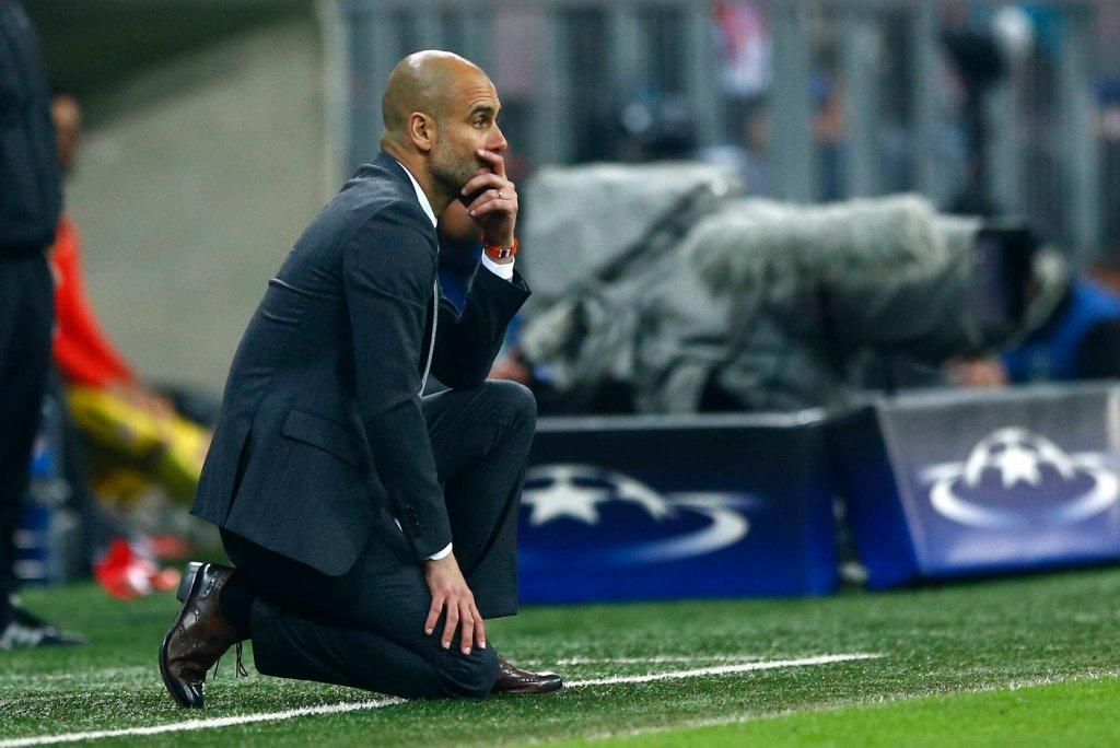 Pep Guardiola na kolanach