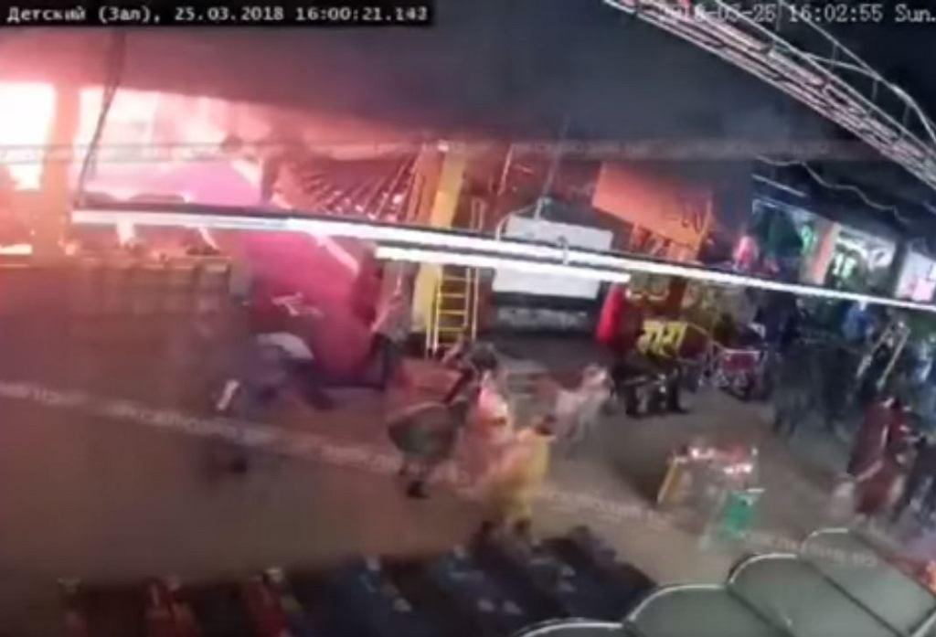 Moment wybuchu pożaru w Kemerowie