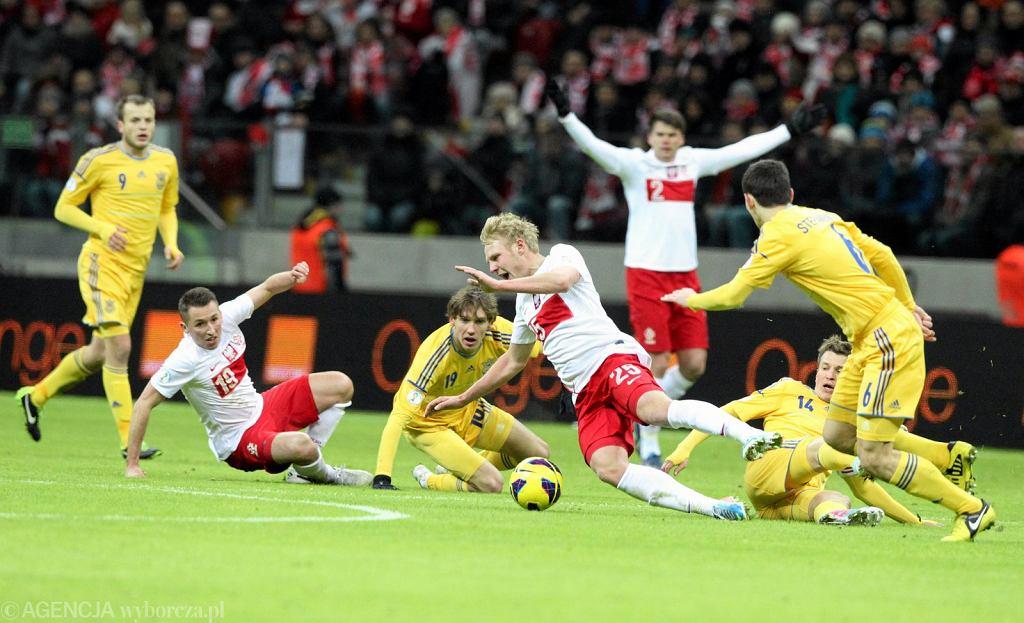 Ostra walka o piłkę. Mecz Polska - Ukraina (1:3) rozegrany 22 marca 2013 r.