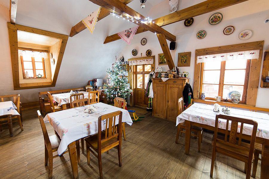 Dom udekorowany na święta w folkowym stylu.