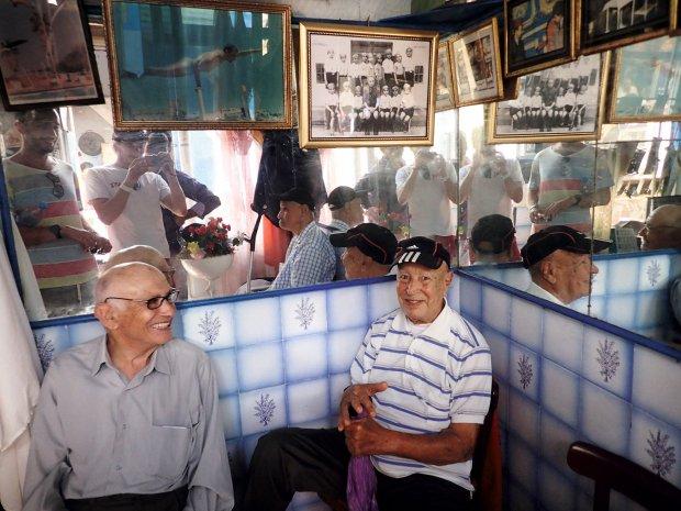 Klasyczny salonik fryzjerski na marokańskim targu. Pan po prawej był mistrzem skoków do wody. Ma 90 lat.