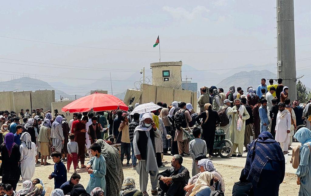 Afganistan. Ludzi zgromadzeni pod międzynarodowym lotniskiem