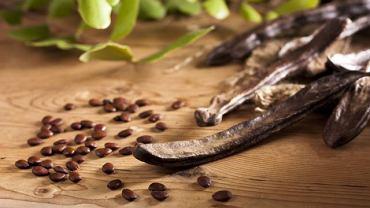 Pozyskiwana z drzewa karobowego mączka nie zawiera glutenu, dlatego może być spożywana m.in. przez osoby z celiakią
