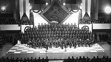 Koncert Chóru Aleksandrowa w Helsinkach w 1950 r. 'Powinniśmy dostać pokojowego Nobla albo chociaż zagrać na ceremonii wręczania, tyle zrobiliśmy dla pokoju na świecie' - powiedział w 2008 r. ówczesny kierownik chóru Leonid Malew. W USA mundury czerwonoarmistów tak spodobały się Barbarze Bush, że ówczesna pierwsza dama oświadczyła, iż z radością służyłaby w rosyjskiej armii. Chór wystąpił też przed wielką trójką podczas konferencji jałtańskiej w 1945 r. To wówczas Winston Churchill nazwał zespół 'śpiewającą bronią'