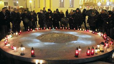 Białostoczanie protestowali przeciw przemocy. Wiec zorganizowany po śmierci prezydenta Gdańska Pawła Adamowicza zamordowanego przez 27 -letniego nożownika podczas finału WOŚP