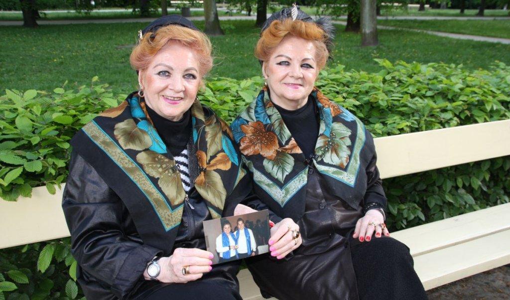 Siostry Bronia i Lonia na ławeczce w Ogrodzie Saskim w Warszawie